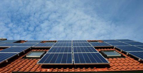 האם משתלם להפיק חשמל סולארי ביתי?